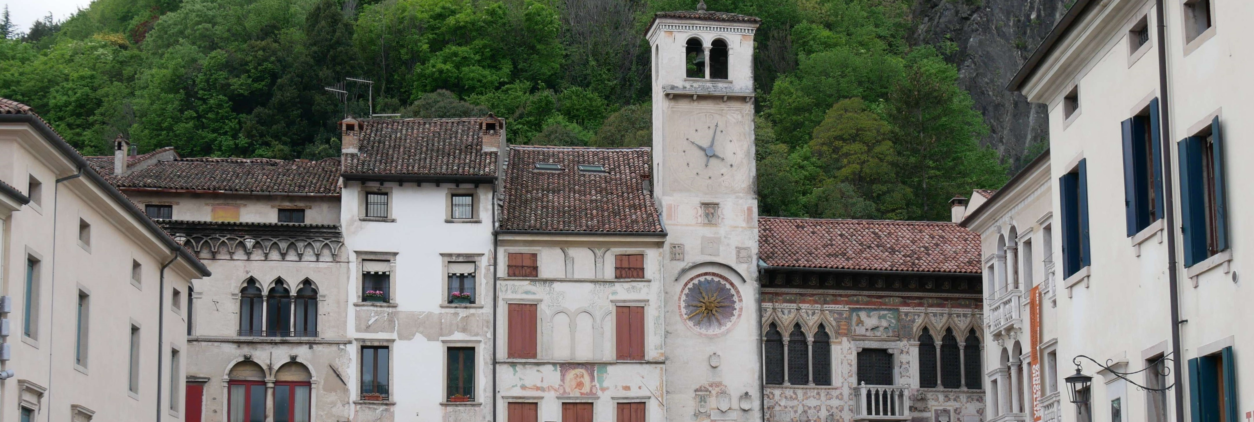 Foto della facciata di alcuni palazzi a Serravalle, quartiere di Vittorio Veneto la cui sosta è gestita da Abaco Mobility